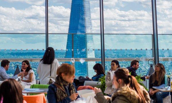 El turismo llena los restaurantes en el centro de las ciudades